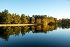 Nedgånglövverk på sjön Shaftsbury och reflexion i Vermont Royaltyfri Foto