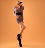 Nedgångmode Kvinna Autumn Dress Lägger benen på ryggen Long retro Arkivfoton