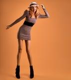 Nedgångmode Kvinna Autumn Dress Lägger benen på ryggen Long retro Royaltyfri Bild