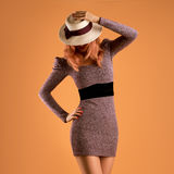 Nedgångmode Kvinna Autumn Dress Lägger benen på ryggen Long retro Arkivbilder