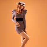 Nedgångmode Kvinna Autumn Dress Lägger benen på ryggen Long retro Royaltyfria Bilder