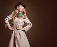 Nedgångmode Kvinna i Autumn Outfit stilfullt lag Royaltyfri Fotografi