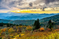 Nedgångsolnedgång, Cowee berg, blåa Ridge Parkway arkivbild