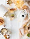 Nedgångstilleben med gula sidor, coffe med marshmallower och arkivfoto
