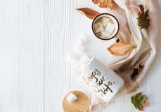 Nedgångstilleben med gula sidor, coffe med marshmallower och arkivbilder