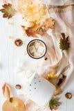 Nedgångstilleben med gula sidor, coffe med marshmallower och fotografering för bildbyråer