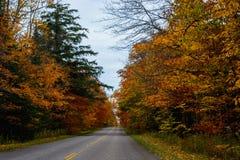 Nedgångvägen, i föreställt, vaggar medborgaren Lakeshore, Munising, MI, USA Royaltyfria Foton