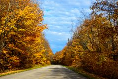 Nedgångvägen, i föreställt, vaggar medborgaren Lakeshore, Munising, MI, USA Arkivfoton