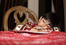Nedgång sovande, når att ha studerat Royaltyfri Fotografi