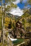 Nedgångfärger på historiska Crystal Mill Arkivbild