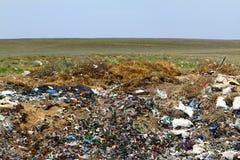 Nedgrävning av sopor i det gröna fältet Royaltyfri Fotografi