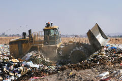 nedgrävning av soporavfall Fotografering för Bildbyråer