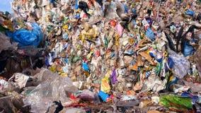 Nedgrävning av soporplats, stads- avskrädeförrådsplats Massor av plast-, förlorad avskräde samlade i kuber stock video