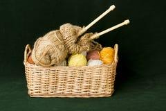 Nedles y lanas que hacen punto imagen de archivo