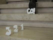 Nedräkning 3-2-1-go! bak mannen som hoppar upp trappa Fotografering för Bildbyråer