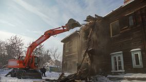 Nedskärningbyggnad Hinken förstör två-våningen för det andra golvet byggnaden stock video