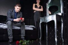 Nedslagen ung man, når kassering Royaltyfri Foto