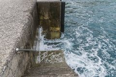 Nedstigning in i vattnet royaltyfria bilder