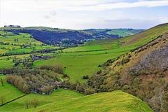 Nedstigningen från Thorpe Cloud, i Dovedale, Derbyshire fotografering för bildbyråer