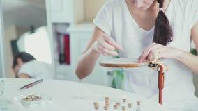 Needlewoman op het werk Zij creeert met de hand gemaakte juwelen Lessenborduurwerk stock video