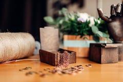 Needlework, кольца металла и деревянная коробка на таблице Стоковая Фотография RF