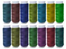 Needlework, ремесло, шить и портняжничая концепцию - строку красочных катышк потока на таблице стоковое фото rf