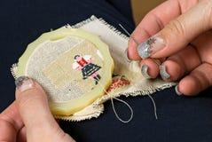 needlework руки Стоковая Фотография