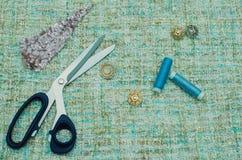 Шить поставки и аксессуары для needlework Ткань, катышкы потока, ножницы и кольца на белой предпосылке стоковое фото