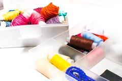 needlework Jogos de costura com linha colorida Fotografia de Stock