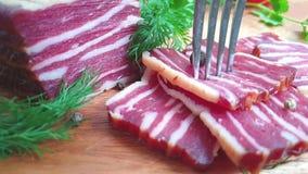 Neem bacon met een vork, langzame motie stock video