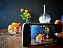 Neem beelden van roomijs met de telefoon Stock Foto's