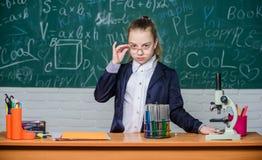 Neem chemische reacties waar Chemische reactie die dan theorie opwekken Meisje die chemisch experiment werken royalty-vrije stock afbeeldingen