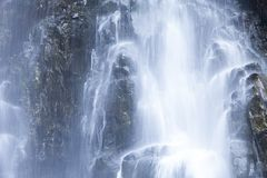 Neem een dichte blik bij de bespattende waterval royalty-vrije stock foto's