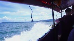 Neem een lange staartboot aan Railay-Strand stock videobeelden