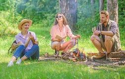 Neem een onderbreking om snack te hebben Bedrijfwandelaars bij snacks van de picknick de roosterende heemst De bedrijfvrienden tr stock foto's