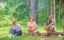 Neem een onderbreking om snack te hebben Bedrijfwandelaars bij snacks van de picknick de roosterende heemst De bedrijfvrienden tr stock afbeelding