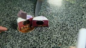 Neem foto op telefoon van besnoeiing in half purpere verglaasde minicake stock video