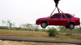Neem gesleepte auto op slepenvrachtwagen op Noodsituatie het slepen van auto op vrachtwagen stock footage