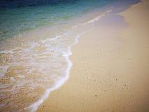 Neem golven waar aangezien zij op de kust breken royalty-vrije stock foto's