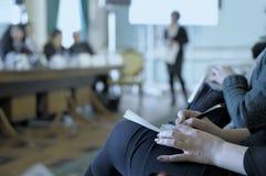 Neem nota's op de conferentie. Stock Foto