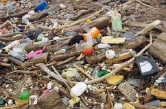 Neem nota van het groene water afval op het strand Stock Foto