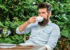 Neem ogenblik om van het leven te genieten Maakt mensen gebaarde hipster pauze voor drinkt koffie en ontspant terwijl met laptop  stock foto's
