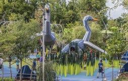 Neem Piek van de Gatherning-Plaats - Uniek communautair riverfrontpark - Families en kinderen rond de reuzeganzendia's heimelijk stock afbeeldingen