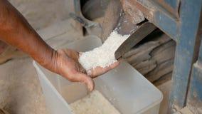 Neem rijst van de oude molen stock videobeelden