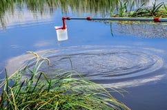 Neem steekproeven van water voor laboratoriumtest Het concept - analyse van waterzuiverheid, milieu, ecologie stock afbeelding