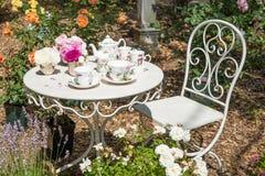 Neem thee in de tuin Royalty-vrije Stock Foto's