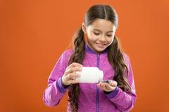 Neem vitaminesupplementen De geneesmiddelen van de meisjesgreep fles Vitamine en geneeskundeconcept Het kindmeisje neemt geneesmi stock afbeelding