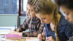 Neemt de onderwijs lerende student nota'slezing stock video