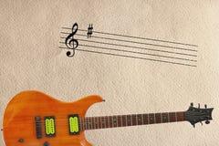 Neemt nota staaf en mahonie van houten elektrische gitaar bij de bodem van ruwe kartonachtergrond Stock Afbeelding