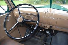 Neemt Retro de Muntvoorwaarde Antiek Chevy Chevrolet van de streepjeraad vrachtwagen vanaf 1946 in B&W op Stock Foto's